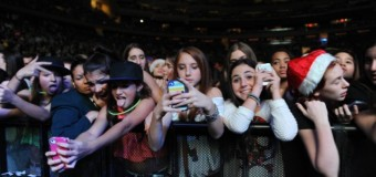 """6 Reasons of """"Why It's Okay to Update Social Media at Concerts"""""""